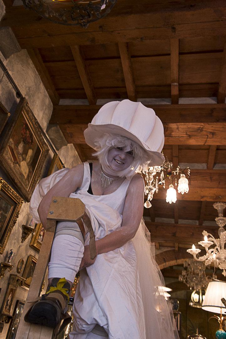 dama Bianca nel negozio di antiquariato